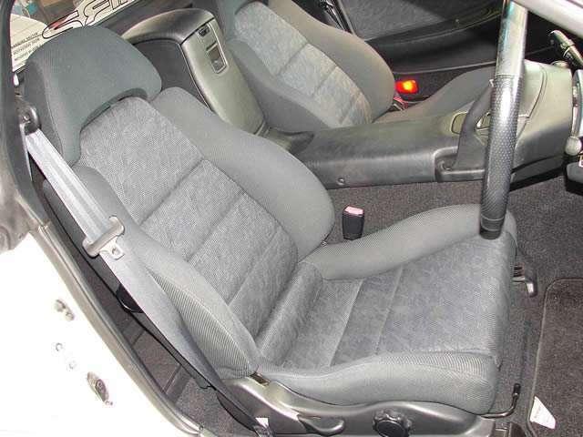 最終モデルV型にのみ用意されたV型専用のステッチをあしらった専用シート、ドライブ席ナビ席共に傷みやヘタリ、ヨレもなく大変美しいシートでございます。