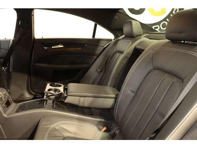 リアシートは広々としており、膝周りも圧迫感もないのでゆったりとした時間をお過ごし頂けます!強い日差しを軽減し、後部座席のプライバシーを保護するプライバシーガラスが採用されています!
