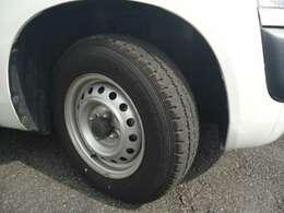 純正ホイールです。タイヤの山はまだまだ使えると思います。