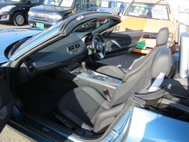 低いシートポジションと乗る人を包み込むように配置されたインテリア!