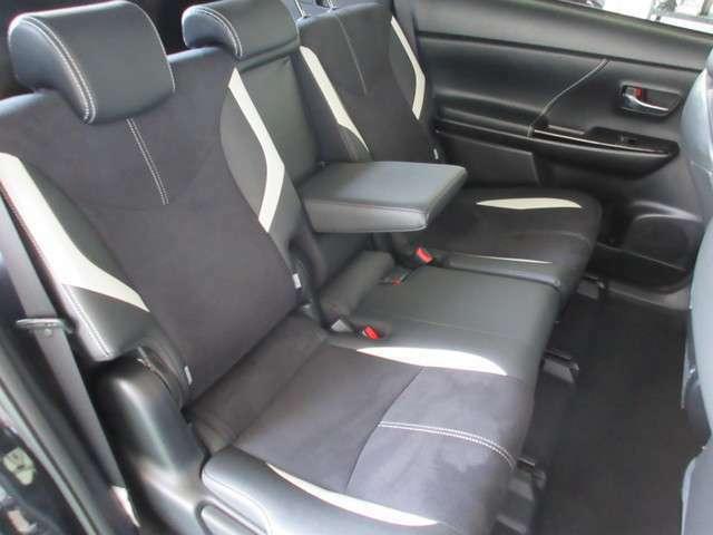 リヤシートは、シートの座面を長くし、ゆとりある着座姿勢を保てるようにシートバックの角度を最適化しました。ゆったりとくつろぐことができます。