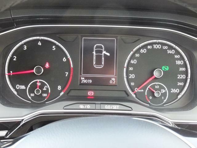 メーター中央にはディスプレイを備えており各種車両情報を確認できます。