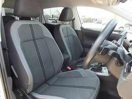 運転席は高さ・奥行き・腰のサポートと細かく調節でき最適なドライビングポジションを決めて頂く事が出来ます。