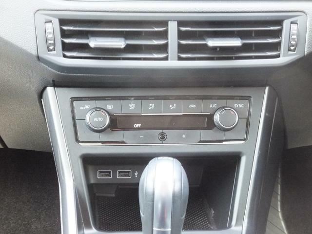 エアコンは2ゾーンフルオートエアコンです。運転席・助手席それぞれで温度調節可能となっております。