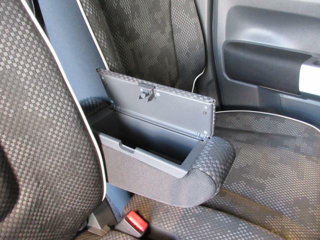 前席の肘置きにちょっとした小物入れございます。