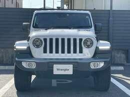 Jeepの象徴7スロットグリルがインパクトあります。