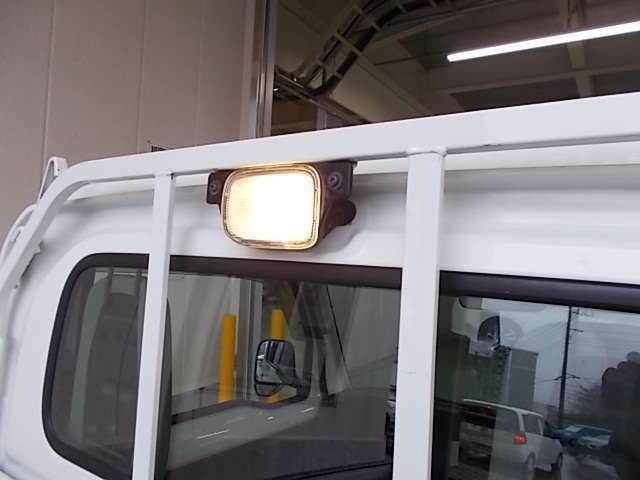 リアガラスを保護する頑丈設計のガードパイプ付鳥居と、夜間の作業時に便利な荷台ランプを装備してます!