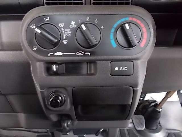 【エアコン】エアコンはマニュアルタイプを装備。温度・風量・吹き出し口を各ダイヤルで設定いただきます。キメ細やかな調整ができますよ♪