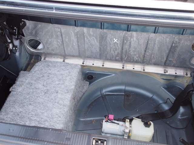 トランク内の清掃クリーニング幌の動きをこれから整備するため裸にしてます。