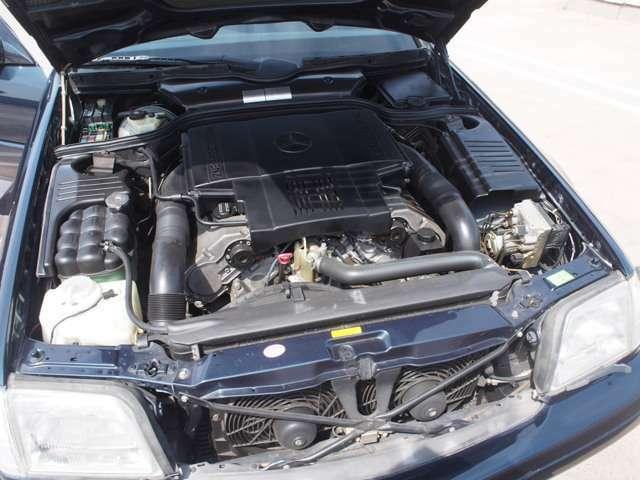 エンジンルームは御覧の様にV8のエンジンガが中央に整備をなされ来たかに思える綺麗さです。