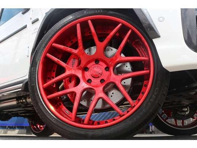 ホイールはSKYFORGED S202 ホイール装備!!!キャンディーレッドに塗装しております。タイヤはピレリFr255/35ZR24 Rr385/35ZR24