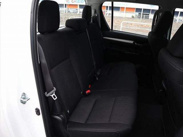 セカンドシートは大人二人が乗っても十分なスペースが確保されております