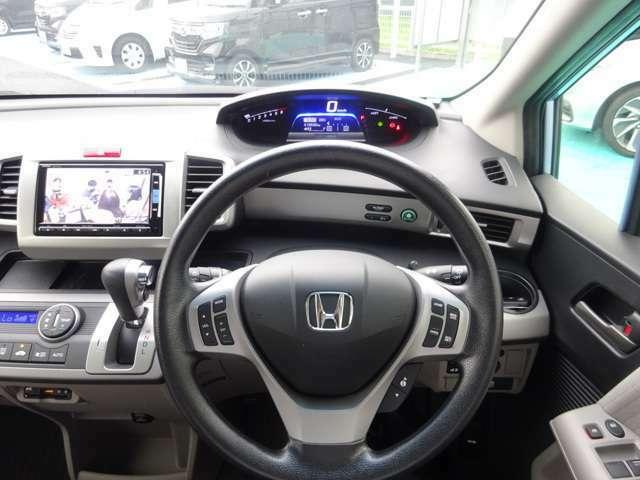 運転中でも操作し易いように、ステアリング左にはオーディオのリモコンスイッチが付いています。右側のスイッチは、クルーズコントロールの操作スイッチです。