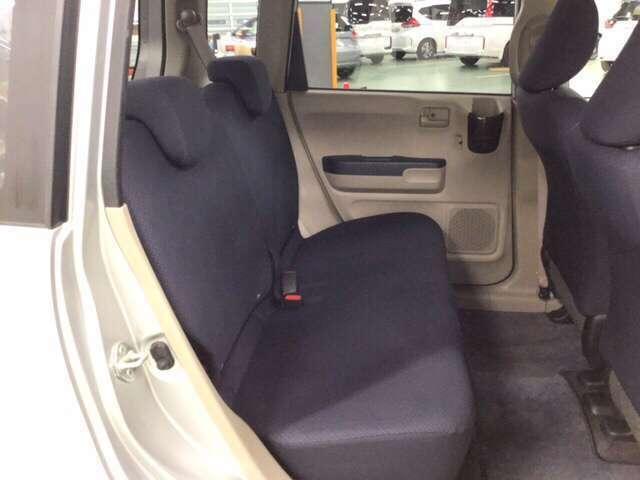 十分な広さの後席は長距離運転でも疲れません。