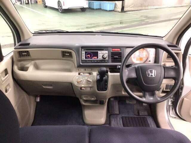 ATセレクトレバーはインパネ式に、サイドブレーキはフット式にしたことで運転席と助手席の間がスッキリ!移動も楽にできます。