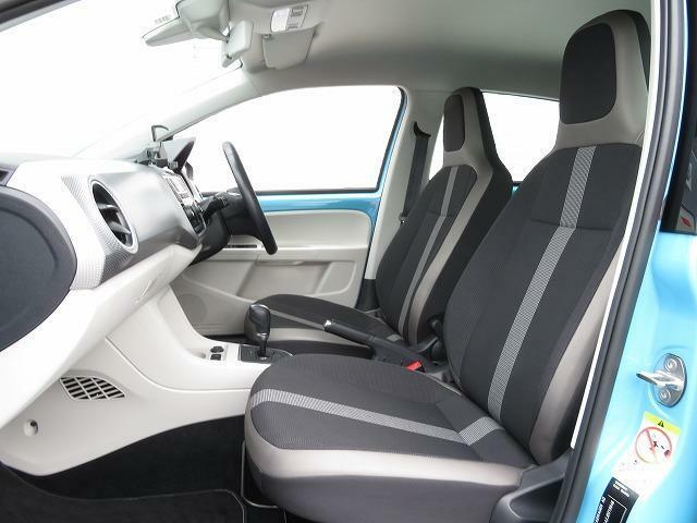 前席は人間工学に基づいて設計されたヘッドレスト一体型のシートを採用。シートヒーター付き!