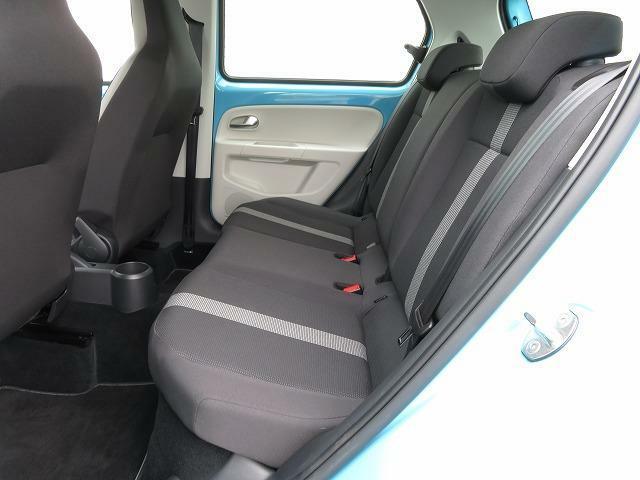 座面を高くすることで広い視界を確保した後席。ゆとりあるヘッドクリアランスとニーススペースにより快適にくつろげる空間となっています♪