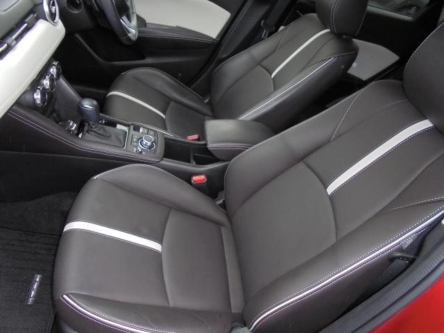 体を心地よく包み、適切に支えるフロントシート:ゆったりしたサイズを持ち、体に沿ってシートがしなやかにたわむ構造により、シート全体で包み込まれるような心地よいフィット感を実現しています!