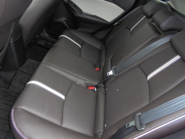 ゆったりとくつろげるリアシート。中央のシートバックに、2人が同時に肘を置けるゆとりの幅をもったセンターアームレストを内蔵しています。