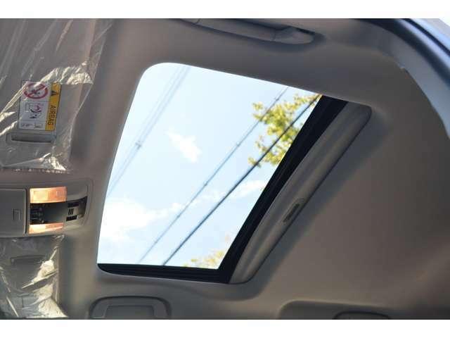■メーカーオプションの電動ムーンルーフを装備しておりますので、車内に心地いい開放感を与えてくれます。