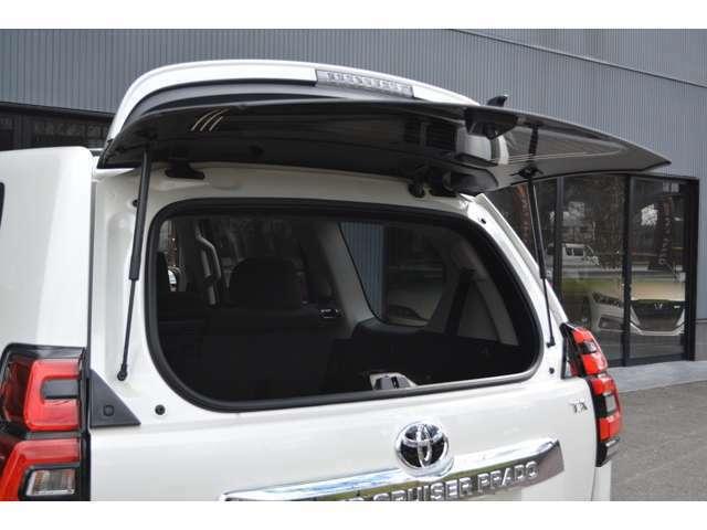 ■リアドアのガラス部分だけ開けることができるので、狭い場所でも後ろから荷物の出し入れが可能となっております。