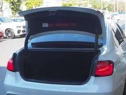 すべてのBMW認定中古車は、BMWを熟知したメカニックによる最大100項目の納車前点検整備を実施。交換基準に達した部品はBMW純正部品を使用し交換。BMWならではの「安心」をお客様にお届けします。