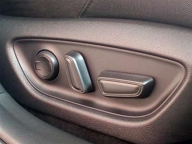 パワ-シ-ト付き!微妙なドライブポジションの調整が出来ます!結構便利ですよ。
