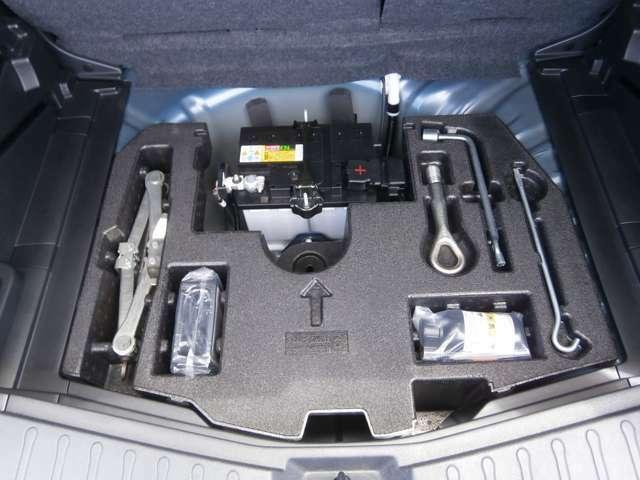トランクにバッテリーがあります。