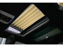 人気のオプション装備!広大なガラス面積を誇る、パノラマガラススライディングルーフ装備!前席側は全開も可能です。