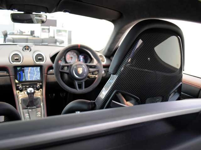 カーボンシェルの軽量バケットシートは、乗り降りは大変ですが、体をしっかりとホールドしてくれ、一体感のあるドライブをお楽しみいただけます。