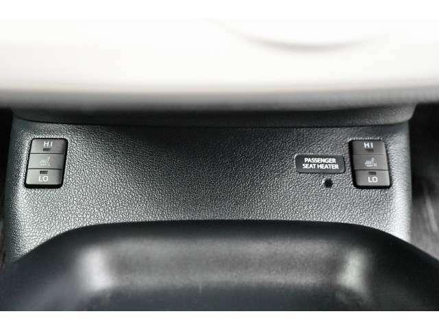 運転席、助手席用のシートヒーターになります。ボタンはシフトレバー下に設置されています。