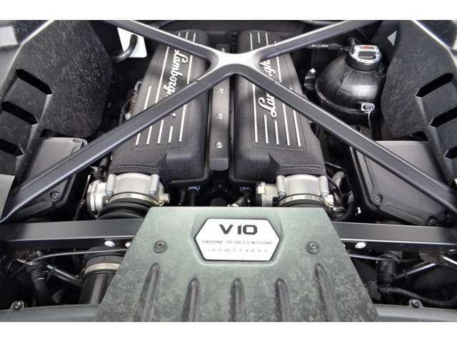 後部中心部に配置されたV10吸気エンジンの優れたパワーと加速があります。