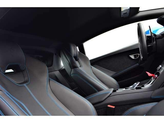 内装はベースのブラックにワンポイントとして水色のステッチがオシャレな仕様になっています。