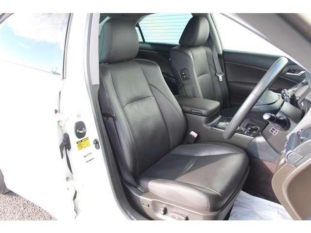 フロントシート。純正本革で両側電動です