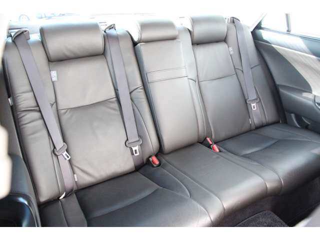 リヤシートももちろん本革です♪電動リクライニング機能も付いてます♪