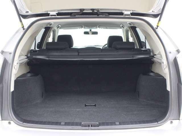 バックドアを開けると同時に、トノカバーが自動的に巻きとられるバックドア連動自動巻取りトノカバー。ボタンひとつで開くプッシュオープン式デッキアンダートレイなど、たっぷりの容量です。