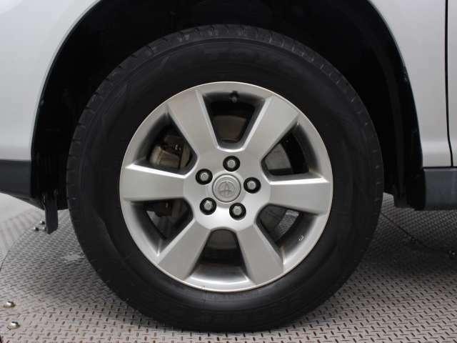 純正アルミホイールは精度が高く、走行の安定性が優れています。タイヤサイズ225/65R17