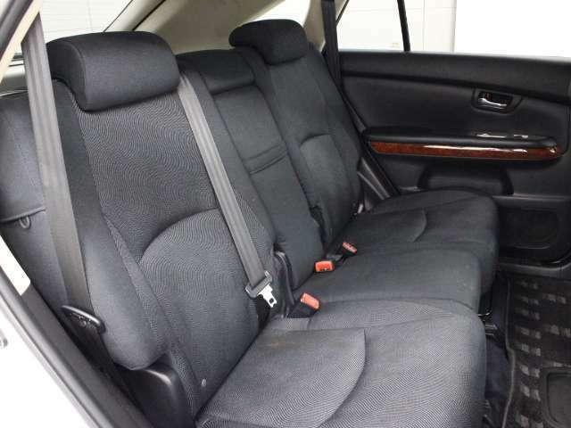 高級SUVにふさわしい空間を演出している4:2:4分割可倒式セカンドシートです。