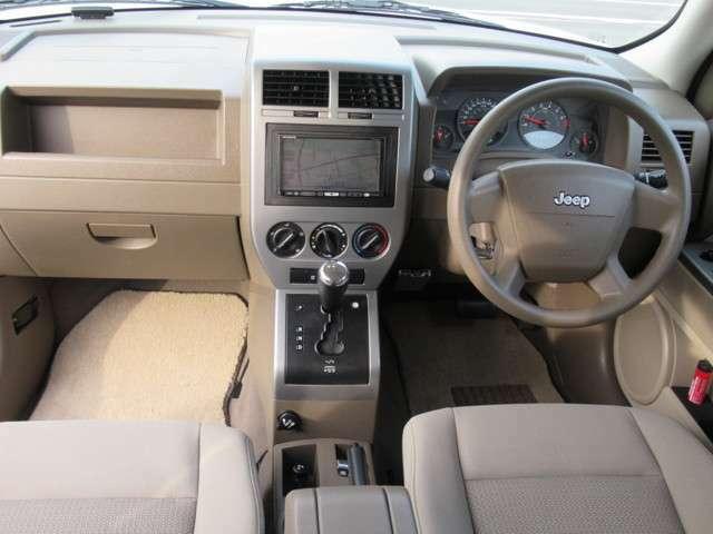 コンパクトジープ最終型のメタルインパネインテリア内装にツートンモケットシートに助手席と安全性エアバック、サイドエアバック完備レッドワイドレンズで安全性充実カスタムジープバッテリー新品