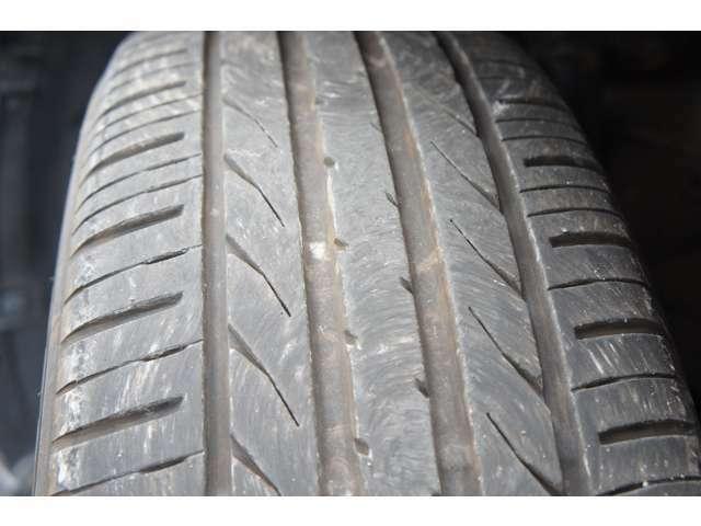 タイヤの溝まだまだあります。サイズは215/50R18