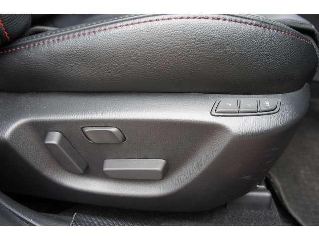 運転席にはポジションをメモリー可能なパワーシートを装備しています。運転席、助手席に寒い日に嬉しいシートヒーターも完備しております。