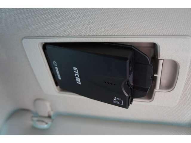 スマートインETC装備!!サンバイザーの裏に隠れるようにスッキリ収納。ワンプッシュで車載器が斜めに下がりますのでETCカードの出し入れも簡単にできます。