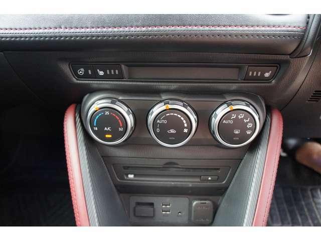 オートエアコン機能で快適な車内空間を保ちます。ボタンも大きく操作しやすいですよ。ステアリングヒーター、シートヒーター、USB端子付いています。