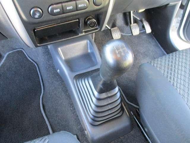 シフト周りです!通常走行は、後輪タイヤで走行します。切替えによって、4WDになります。