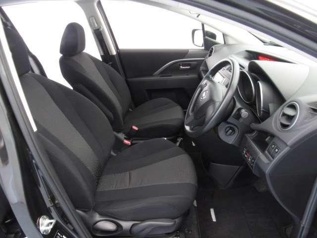 適度なホールド感で運転しやすいフロントシートです☆もちろんプロによるクリーニング済みで気持ちよく運転していただけます。