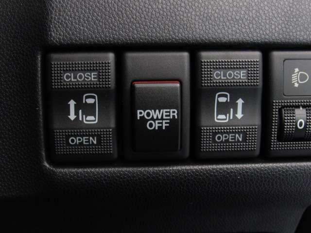 両側オートスライドドアになっています。運転席側もオートスライドドアになっていると、後席に同乗者をのせて、そのまま運転席に座れるので便利です