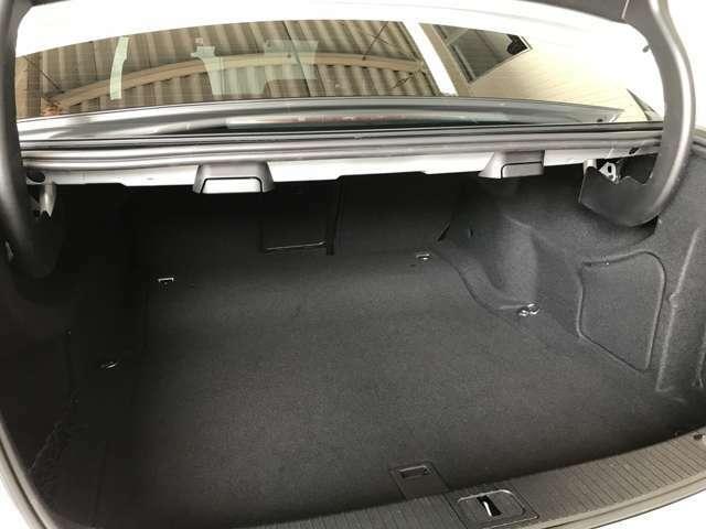 トランクにリヤシートリリースレバーがあるので便利です。