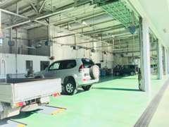 サービス整備工場も完備!毎日リフトがフル稼働しております!車検、点検、用品の取り付けのご相談もお気軽にお申し付け下さい!