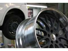 カーフィルム施工、タイヤ交換、ヘッドライト加工、シートカバー取付などカスタムやチューンアップの際はお気軽にご相談下さい。
