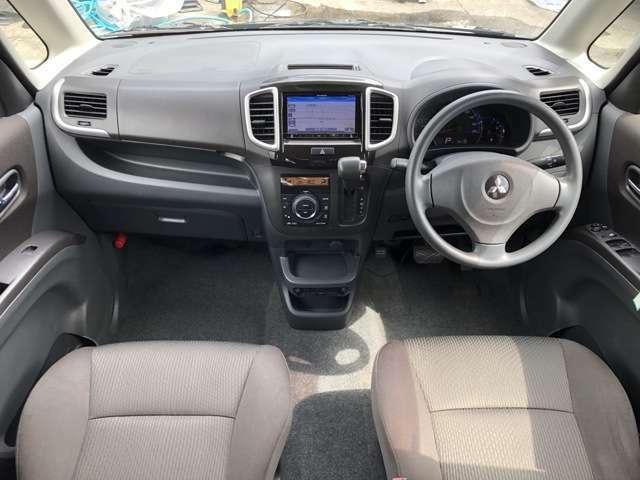 内装も中古車ですので全体的にうす汚れ擦れ使用感があります、運転席にへたりやひじ掛けに擦れ、後席に多少しみなどありますが、中古車の割には比較的良好な印象を受けました。 ドリンクホルダーの蓋が欠損してます